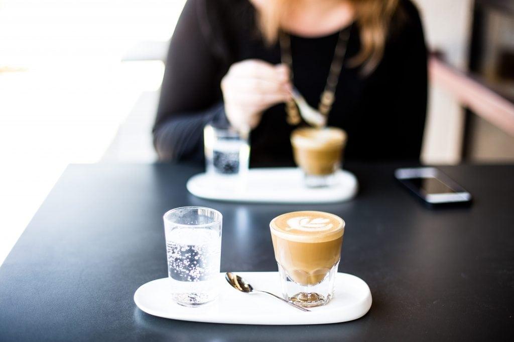לפעמים כל מה שצריך זה לשבת איתי לקפה קצר