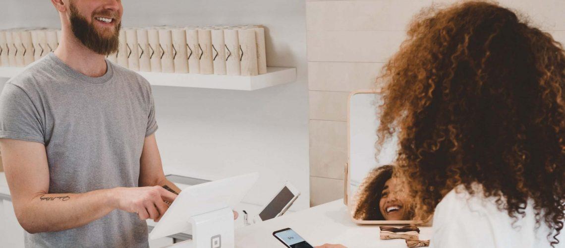 תחום שירות הלקוחות מוסיף ומתפתח בייחוד עם התפתחות הטכנולוגיה. טלפונים החליפו את ביקורי הבית, מיילים החליפו את הטלפונים וכך עולם שירות הלקוחות מוסיף לשנות את פניו. הצרכנים שמים דגש רב לשירות הלקוחות ורואים בו יתרון תחרותי משמעותי לבחירת חברה אחת על פני אחרת. החברות נאלצות להוסיף ולהתחדש בשירות הלקוחות וליצור יתרון משמעותי בשירות הניתן ללקוח.